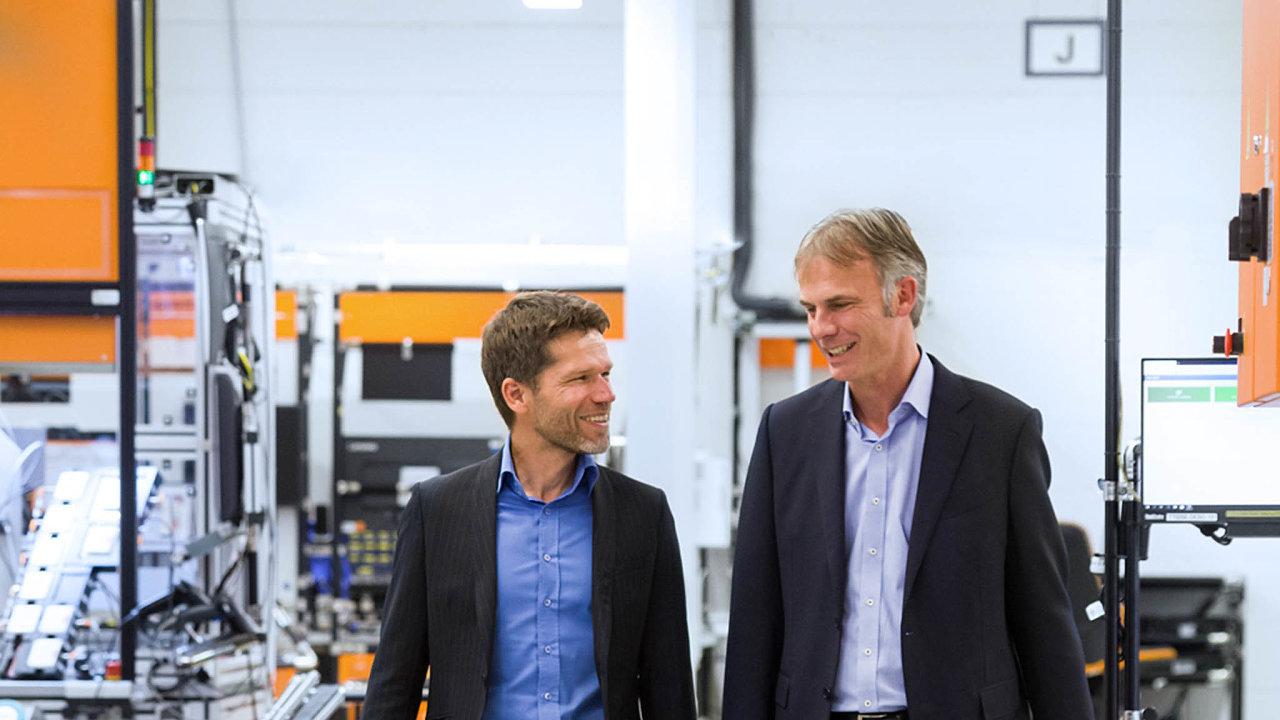 Martin Buck (vlevo nalevém snímku) spolu sMichaelem Marhoferem šéfují firmě ifm, která vyrábí tovární čidla akterou už vroce 1969 založili jejich otcové.