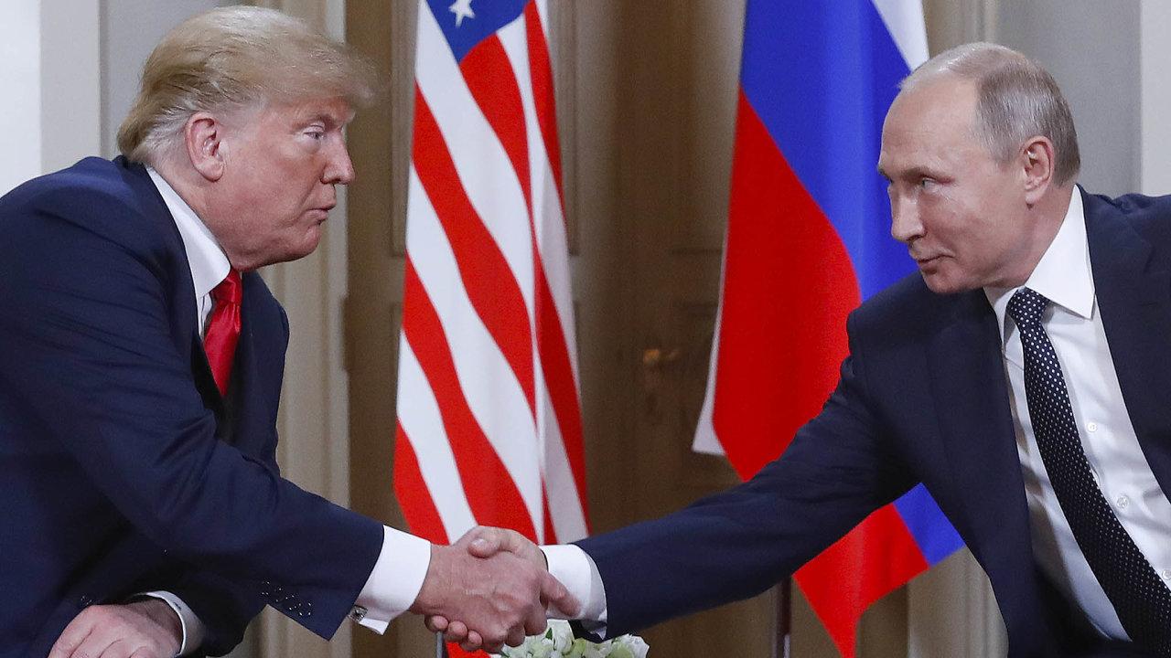 Donald Trump a Vladimir Putin při společném setkání v Helsinkách.