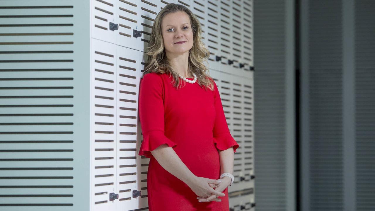 Jana Ševčíková (46) vystudovala mezinárodní právo vCanbeře, práva a VŠE vPraze. Odroku 2017 je ředitelkou útvaru korporátního bankovnictví pro středoevropský region vnewyorské pobočce KBC.