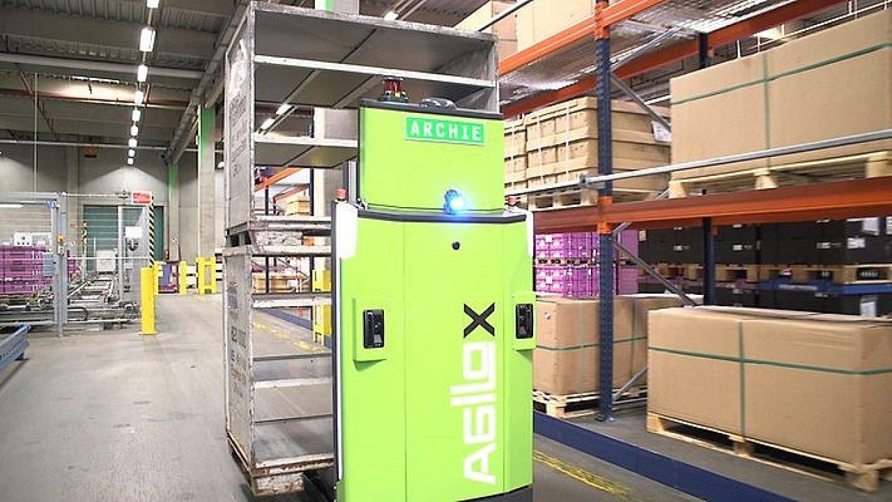 Autonomní vozík Agilox ve skladu DB Schenker v Německu.