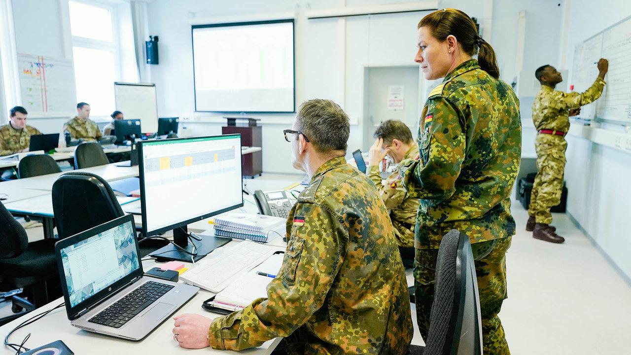 Doboje. Vojáci se vKaiserslauternu připravují nacvičení Defender 2020. Vedle simulovaného nepřítele je tam čekal iskutečný– dezinformace okoronaviru šířené různými weby ae-mailovým spamováním.