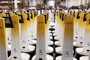 Zástup autonomních mobilních robotů ve skladu DHL Supply Chain.