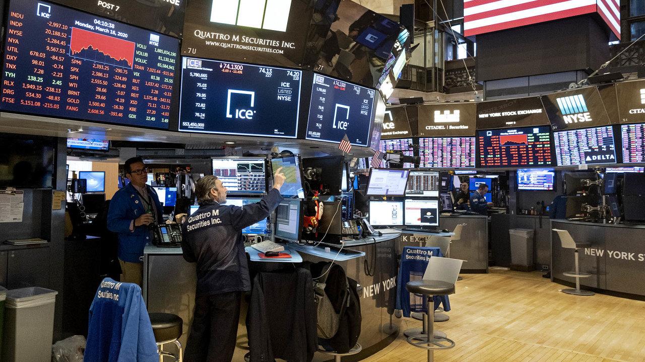 Hlavní akciové indexy v USA jdou v posledních týdnech nahoru. Na snímku parket newyorské NYSE.