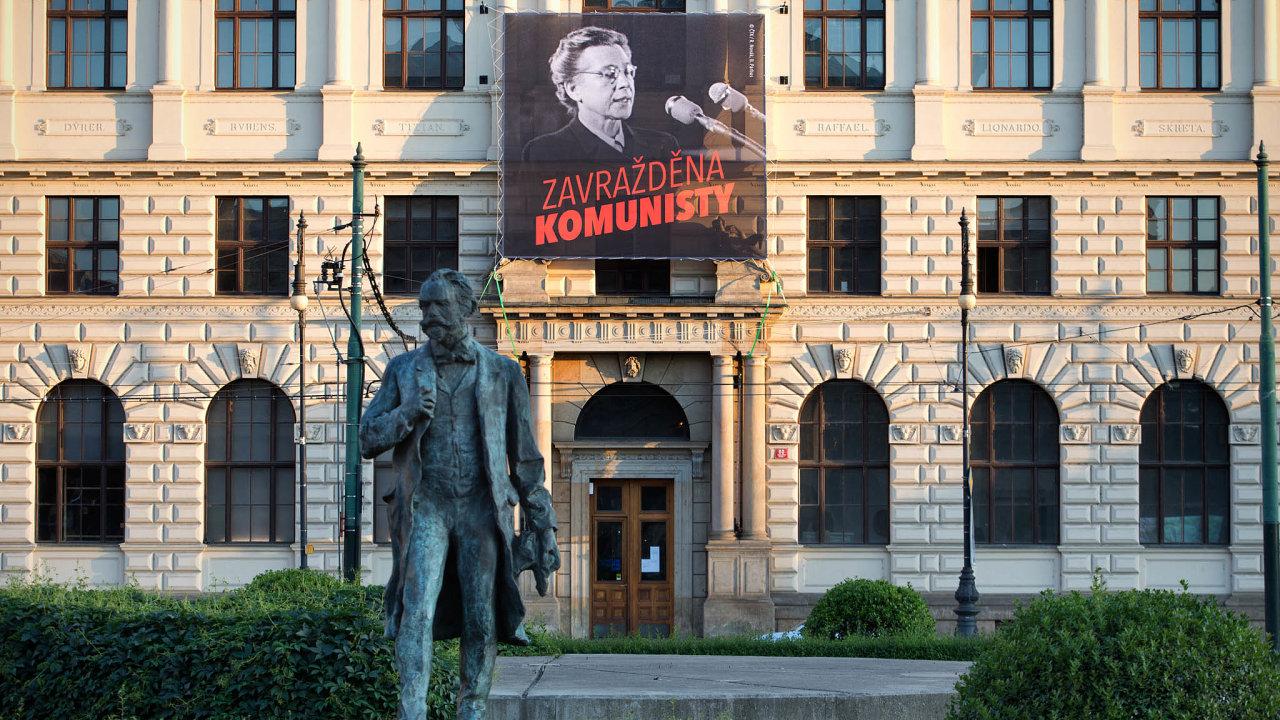 Vojtěch Filip se popromítání banneru sMiladou Horákovou může rozčilovat, jak chce, ale faktem je, že komunisté se skaty amlátičkami totality zcela nerozešli.
