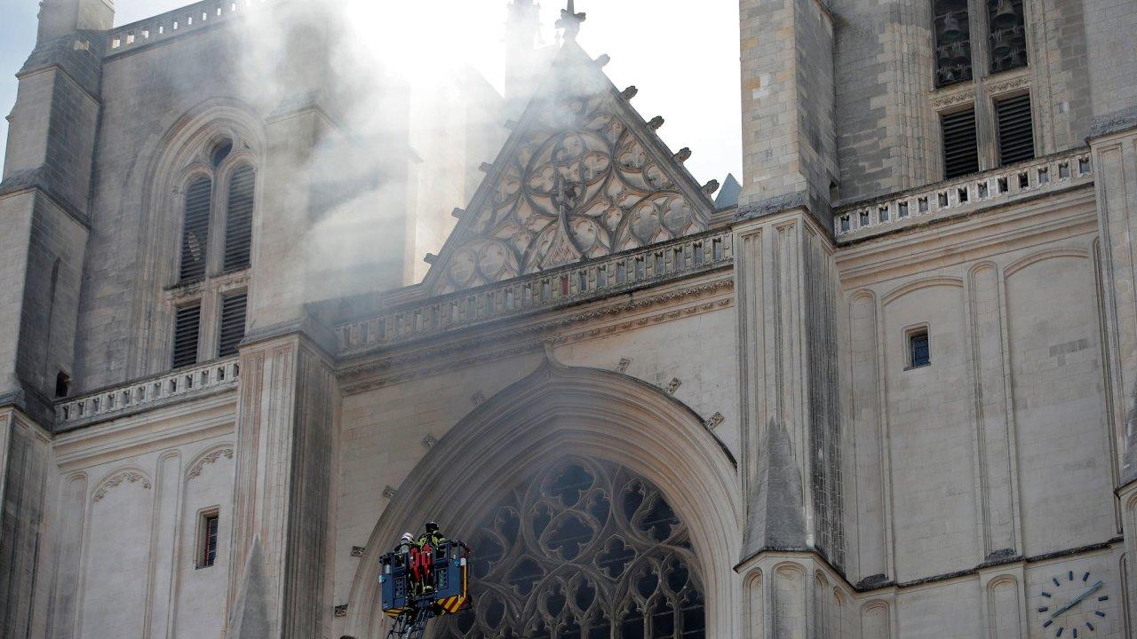 Ve francouzském městě Nantes hoří gotická katedrála z 15. století.
