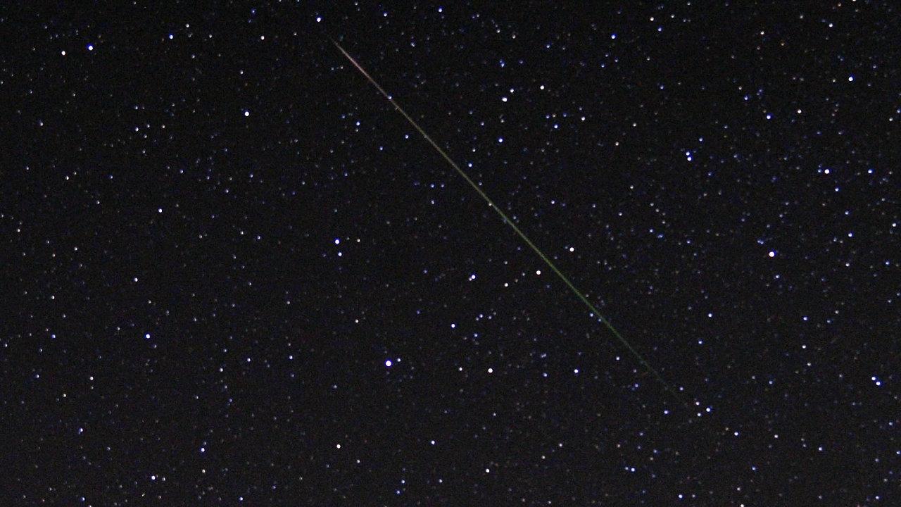 """Hvězdy, planety, meteory avetřelci. Co je romantičtějšího než pohled na""""padající hvězdu"""". Stále častěji ale nanebi uvidíme """"přemnožené"""" satelity Starlink."""
