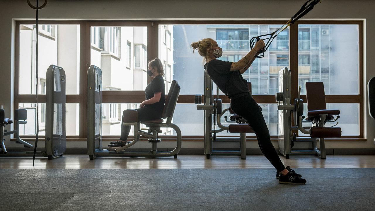 Fitness centra otevřela. Řadu lidí odrazuje povinnost mít při cvičení roušku ataké zákaz používání šaten asprch. Mezi lidmi musí být rozestupy, častěji se větrá adezinfikují se stroje.