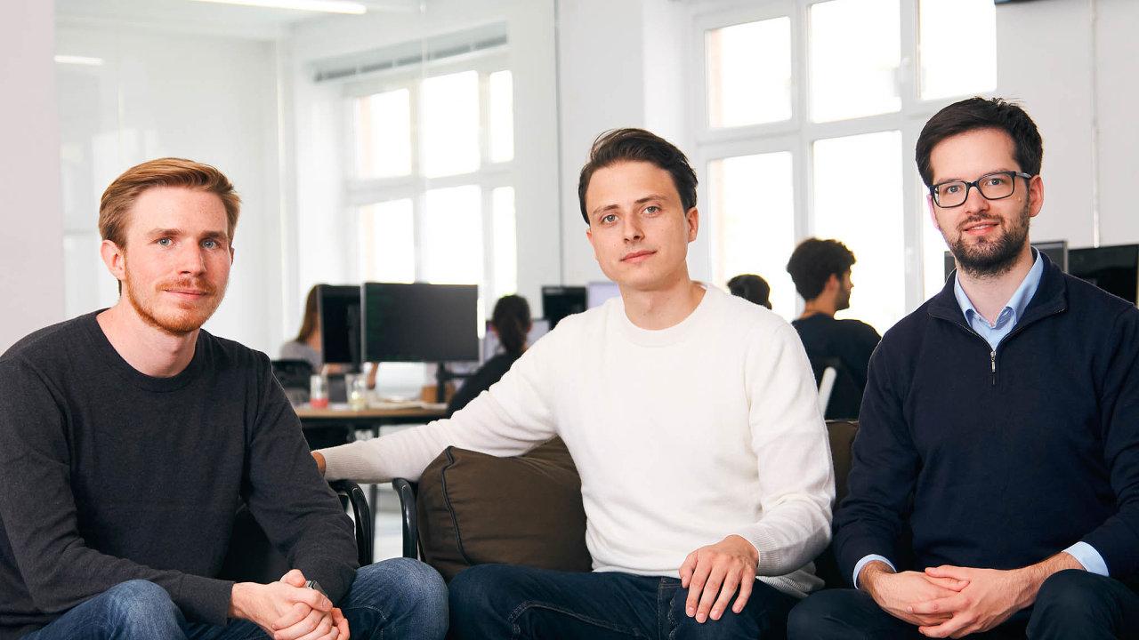 Německý start-up Trade Republic vroce 2015 založili Christian Hecker (uprostřed) spolu sMarcem Cancellierim (vlevo) aThomasem Pischkem.