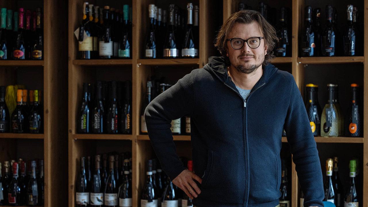 Ve svém hájemství. Prodáváme kvalitu, říká o lahvích s proseccem ze skladů své firmy Michal Štěpánek.