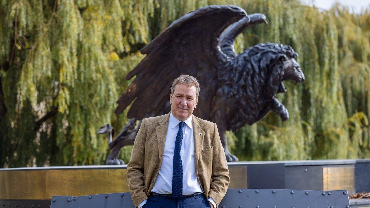 Otec mu zdůrazňoval, jak důležitou roli vobraně Velké Británie sehráli zadruhé světové války českoslovenští piloti. Iproto jim Euan Edworthy prosadil pomník uprostřed Prahy.