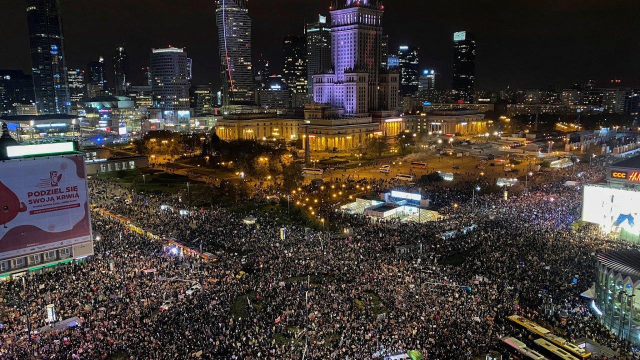 Desetitisíce lidí z celého Polska se zapojily ve Varšavě do protestního pochodu proti faktickému zákazu potratů.