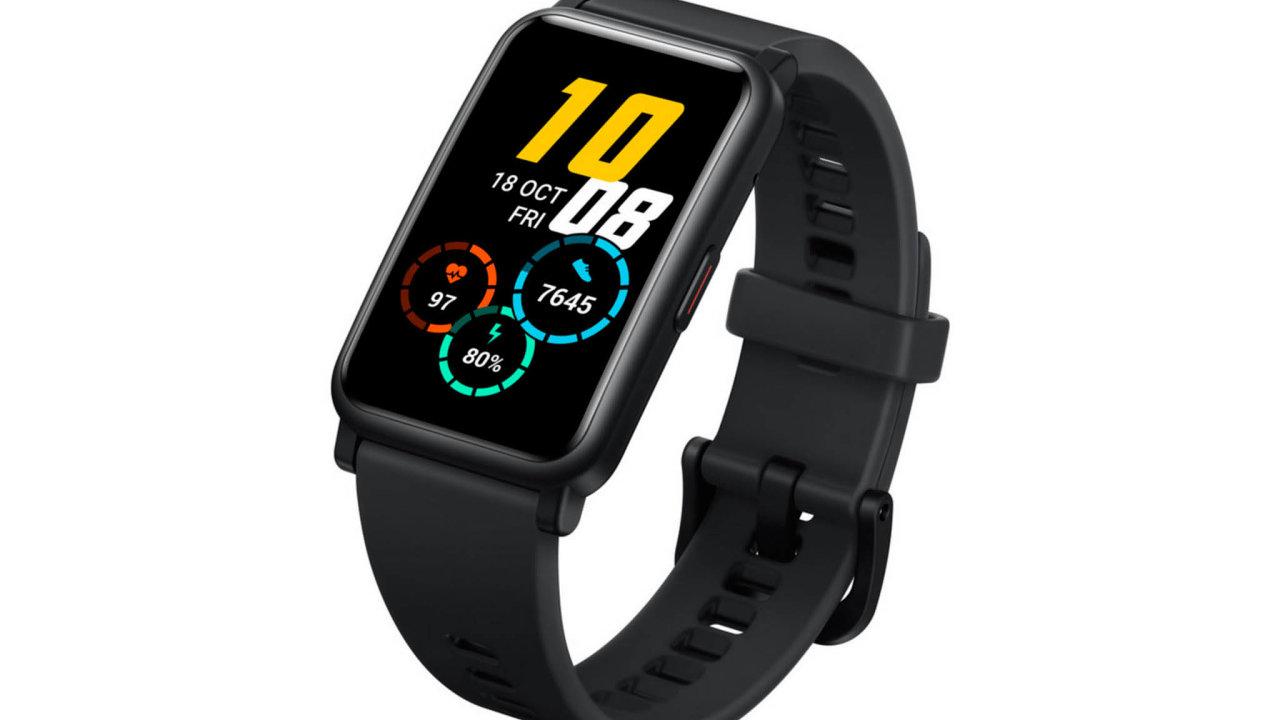 Velká plocha pro více informací. Rozměrný displej chytrého náramku Honor Watch ES čitelně zobrazuje mnohá data, díky tomu se může hodit iseniorům.