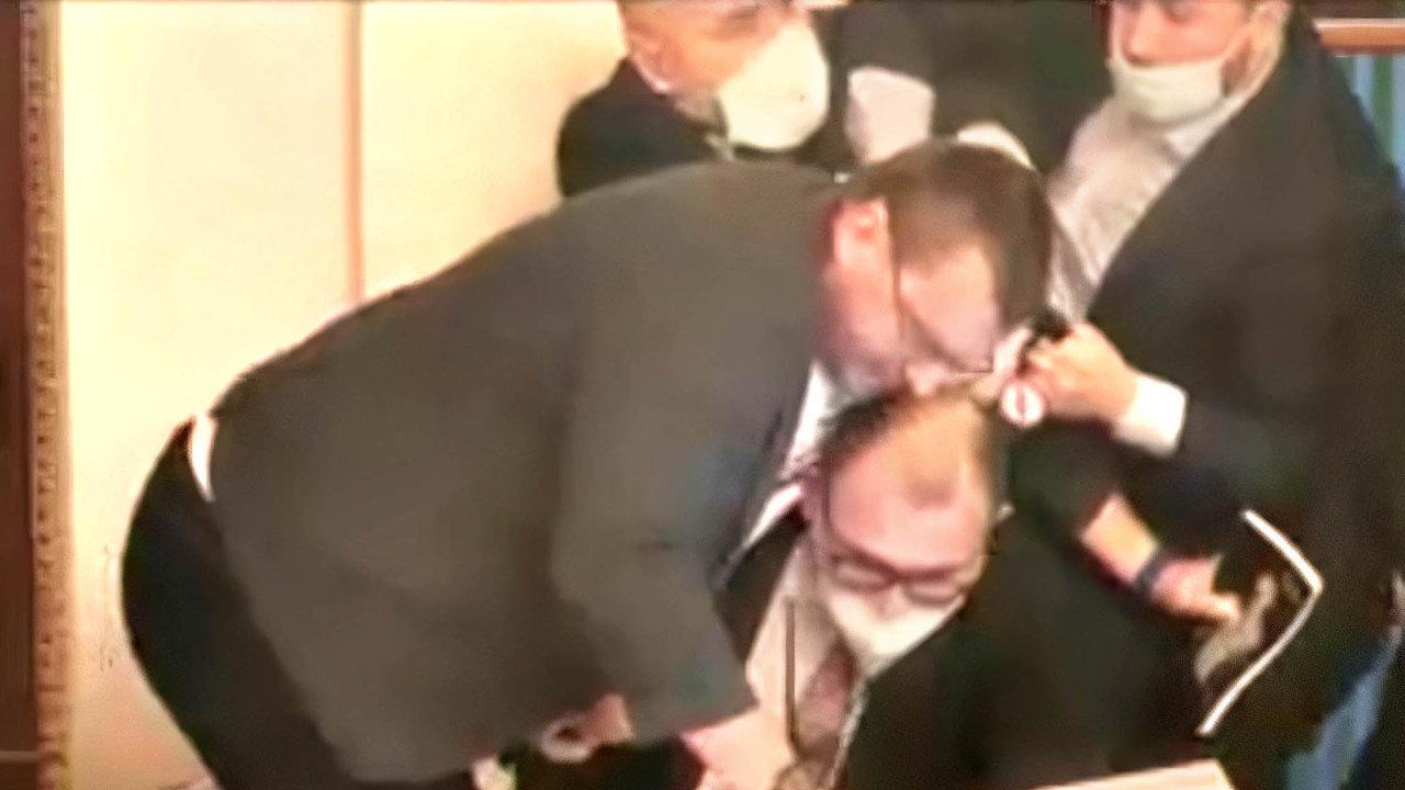 Boj omikrofon. Poslanec Lubomír Volný (uprostřed) se přetahuje omikrofon předsedajícího sněmovny.