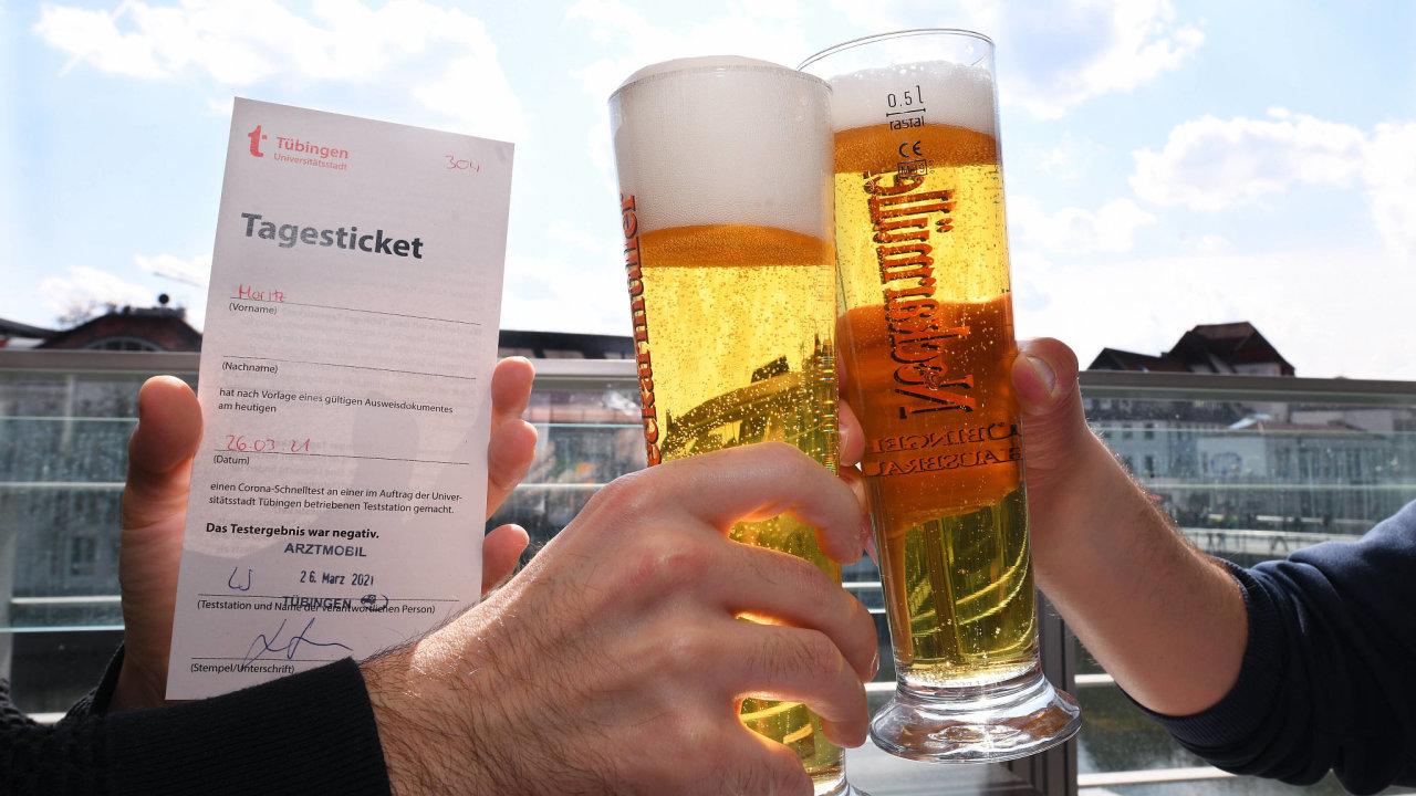 Ve městě Tübingen nedaleko Stuttgartu stačí nechat se otestovat, s osvědčením o negativním testu pak mohou lidé i na pivo.