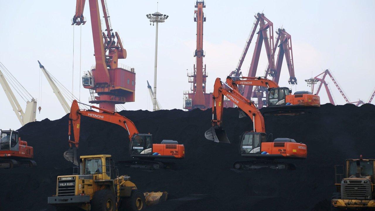 Čína má sice většinu uhlí pro své elektrárny z vlastních zdrojů, výpadek dovozu ji ale citelně zasáhl. Na snímku bagry nakládají uhlí dovezené do přístavu Lien-jün-kang.