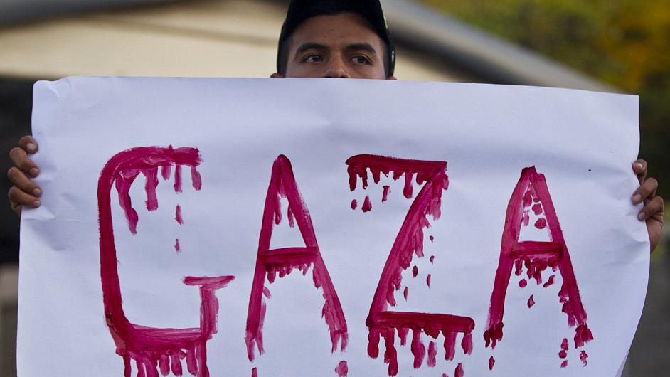 Demonstrant s transparentem s nápisem Gaza, ilustrační foto