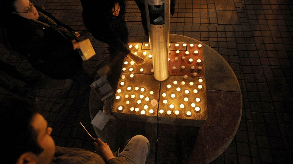 Svíčky jako pieta za obětmi šíleného střelce v Connecticutu