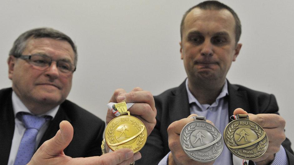 Šéf organizačního výboru mistrovství Jiří Hamza (vpravo) a hejtman kraje Vysočina Jiří Běhounek s medailemi pro MS v Novém Městě na Moravě