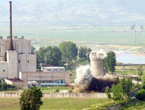 Demolice chladící věže jaderného reaktoru v Jongbjonu, 27. červen 2008