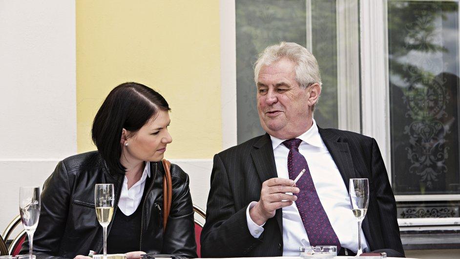 Miloš Zeman a jeho tisková mluvčí Hana Burianová si vychutnávají cigaretu