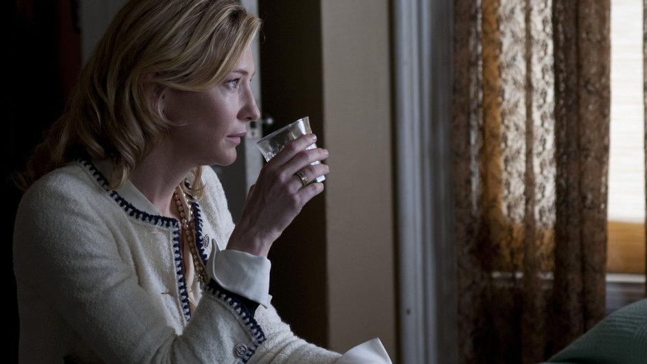 Od uhlazené roztomilosti přechází Cate Blanchettová během vteřiny k tichému pohrdání