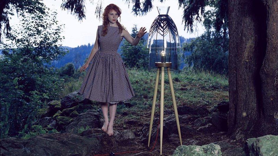 Lampa Má drahá byla jedním z objektů představených na pařížském veletrhu. Autorkou je designérka Helena Dařbujánová.