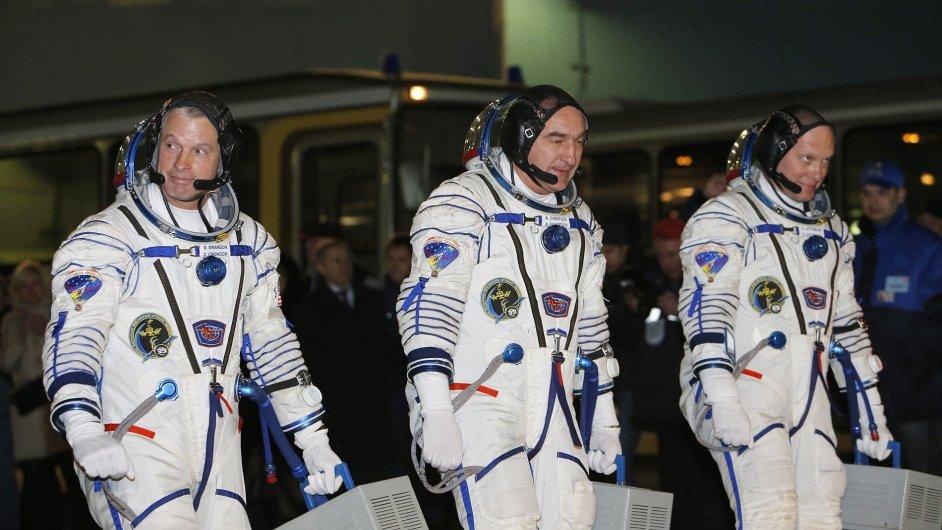 Američan Swanson a Rusové Skvorcov a Artěmjev (zleva) před startem z Bajkonuru