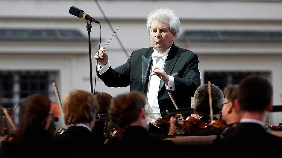 Česká filharmonie se rozloučila na Pražském hradě a s Budařem.