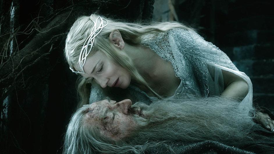 Popisu bitvy pěti armád věnuje Tolkien několik víceméně lakonických vět. V Jacksonově představivosti nabobtnala bitva do nekonečné epiky.