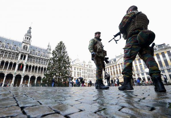 Belgičtí vojáci hlídkují v centru Bruselu na náměstí Grand Palace.