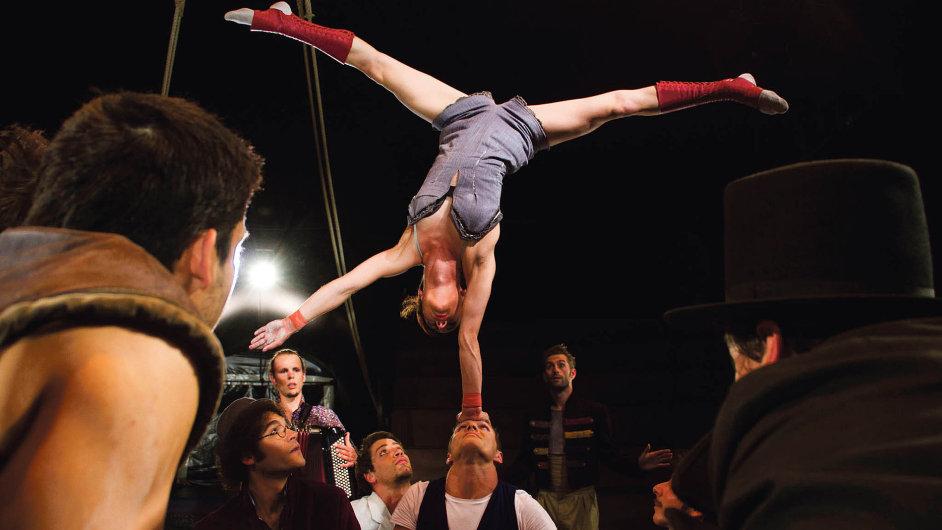 Sezona nového cirkusu v Plzni vyvrcholila v listopadu představením francouzského souboru Akoreacro.