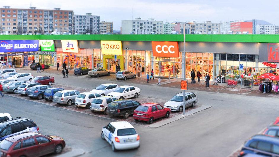 Na okrajích měst vznikají nákupní centra, jejichž investorem je společnost Trei Real Estate. Hotové je prodává nebo pronajímá obchodním řetězcům.