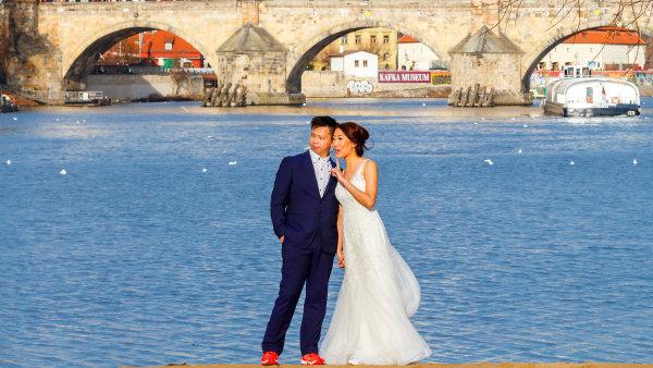 Číňané si oblíbili Prahu, rádi se v ní fotí na svatbu.