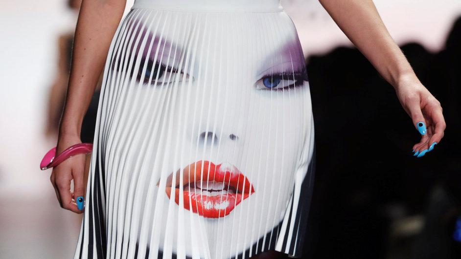 Modelka představuje tvorbu od Jeremyho Scotta na jaro/léto 2017 během New York Fashion Weeku.