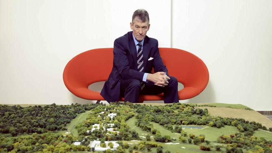 Hamish Ferguson, komerční ředitel The PGA u makety projektu The Oaks