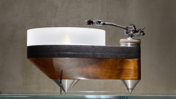 Při vložení desky na otočný talíř se v případě gramofonů 440 Audio nosič neuzavírá pod žádné poklopy, ale nechává na odiv kinetický proces kontaktu jehly a točící se desky.