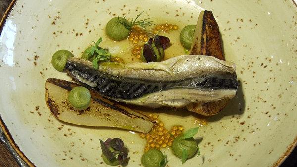 Oblíbená makrela podle šéfkuchaře. S pistáciovým pyré, hruškou a tapiokou