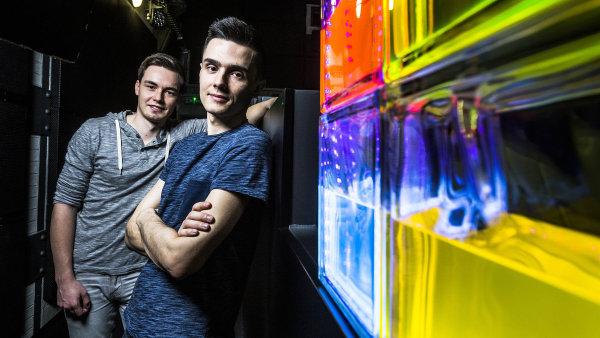 Autoři projektu ChemLight Denis Havlena (vpravo) a Jakub Špaček.