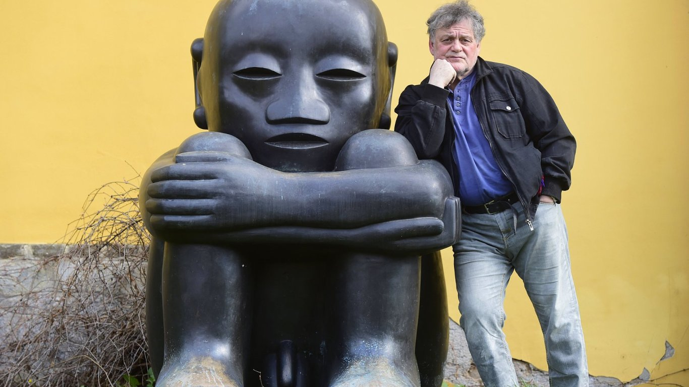 Na snímku je malíř a sochař Jaroslav Róna ve svém ateliéru v Roblíně u Prahy.
