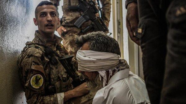 """Zajatý bojovník Islámského státu v Mosulu. Jeho organizace ztrácí pozice a prohrává válku. """"Ráj"""" na Zemi se jí vybudovat nepodařilo."""