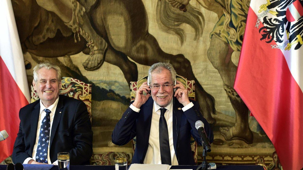 Zleva prezident Miloš Zeman a jeho rakouský protějšek Alexander Van der Bellen na Pražském hradě.