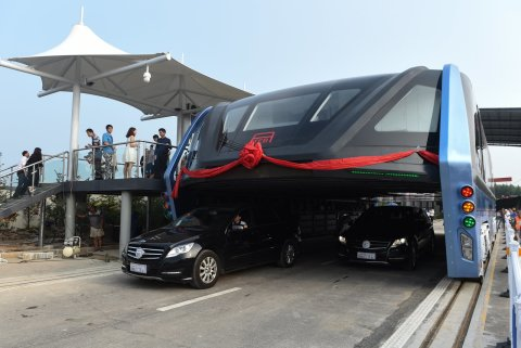 Awesome_China_s_futuristic_straddling_bus_launches_1st_road_test.jpg