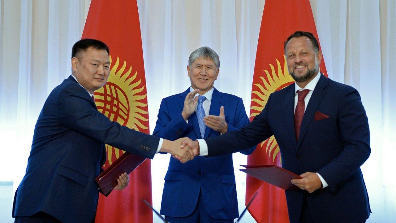Michal Smelík si podává ruku se zástupcem kyrgyzské vlády. Tleská jim prezident Almazbek Atambajev.
