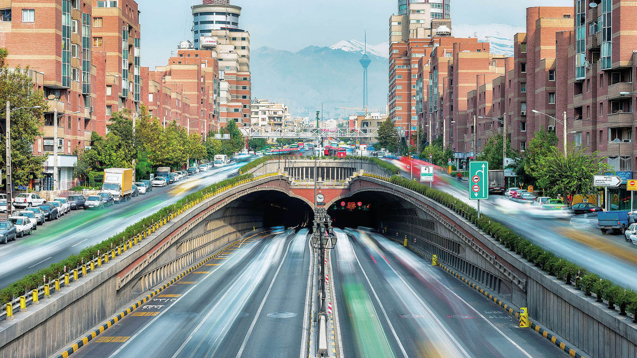 Deset tisíc kilometrů železnic, sedm mezinárodních letišť, stovky miliard investovaných do stavby silnic. Ambiciózní plány dalšího rozvoje a silné hospodářství lákají do Íránu firmy z celého světa.