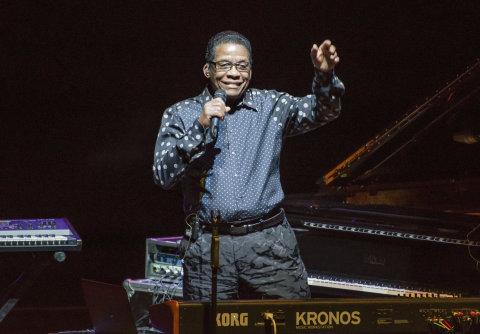 Snímek ze čtvrtečního koncertu Herbieho Hancocka v pražském Foru Karlín.