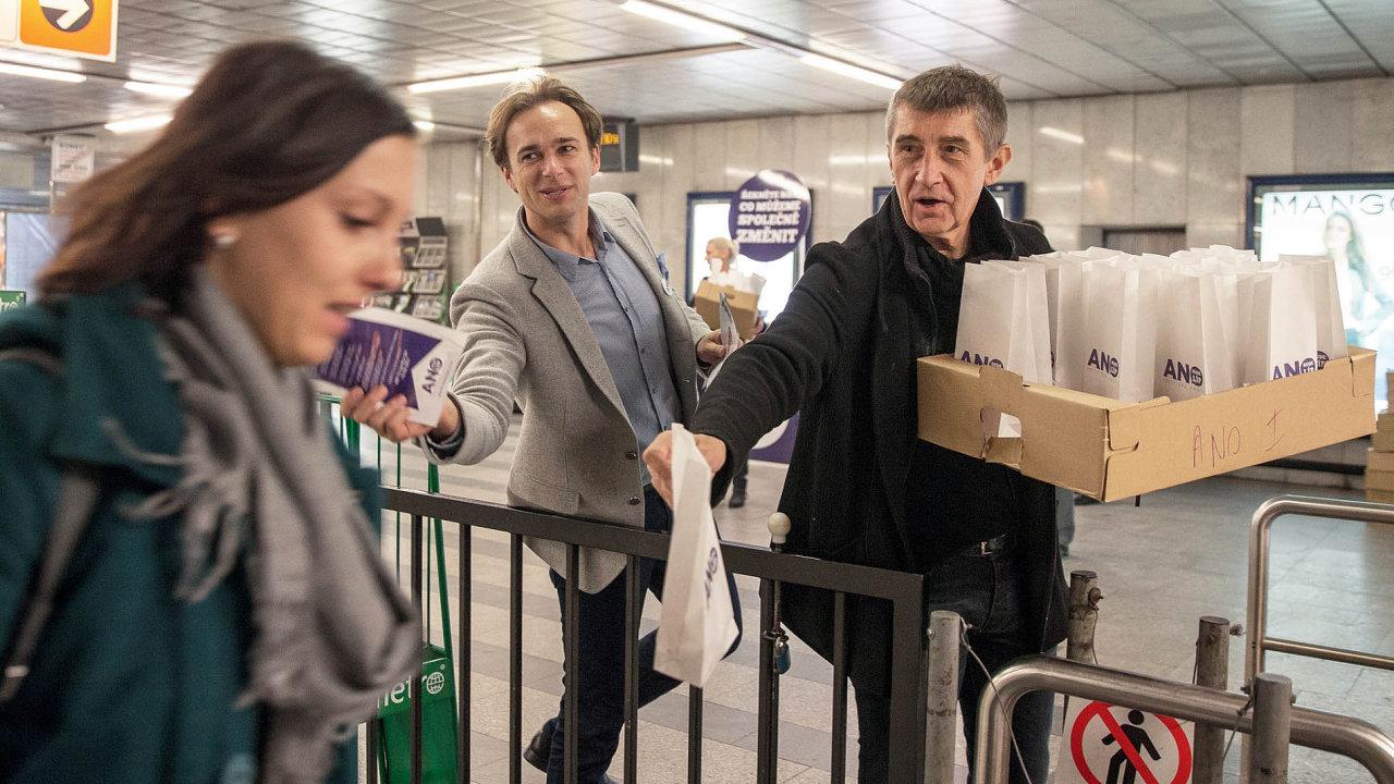 Andrej Babiš rozdává koblihy během své volební kampaně.