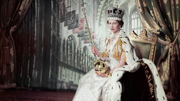 Slavnostní fotografie královny Alžběty II. u příležitosti její korunovace v roce 1953.