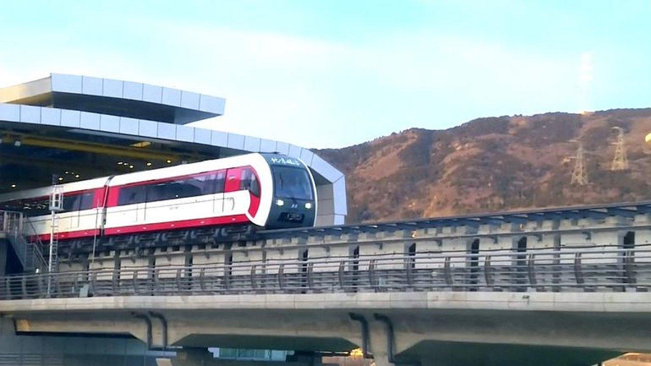 Vznáší se nad kolejnicí. V Číně testují nový prototyp magnetického vlaku