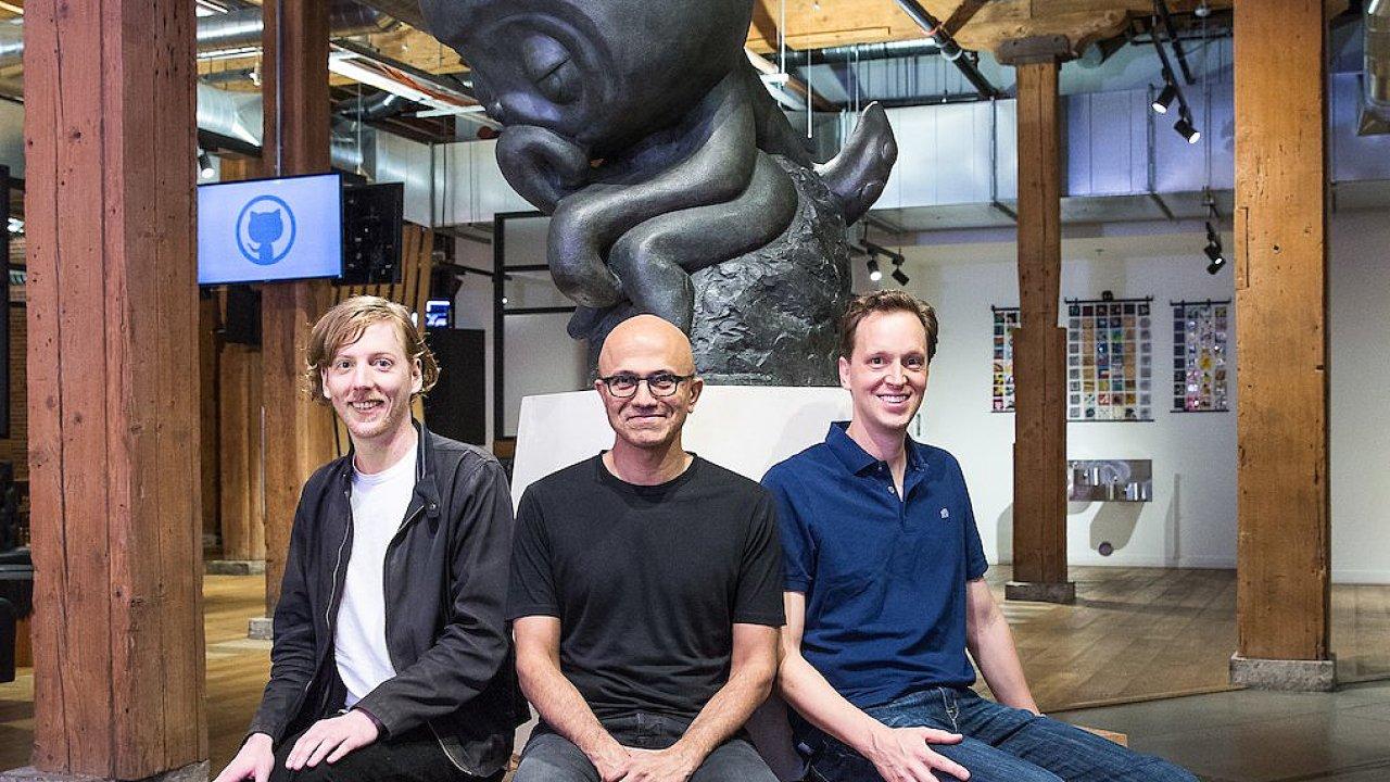 Šéf Microsoftu Satya Nadella (uprostřed) s Chrise Wanstrathem, spoluzakladatelem GitHubu při oznámení akvizice