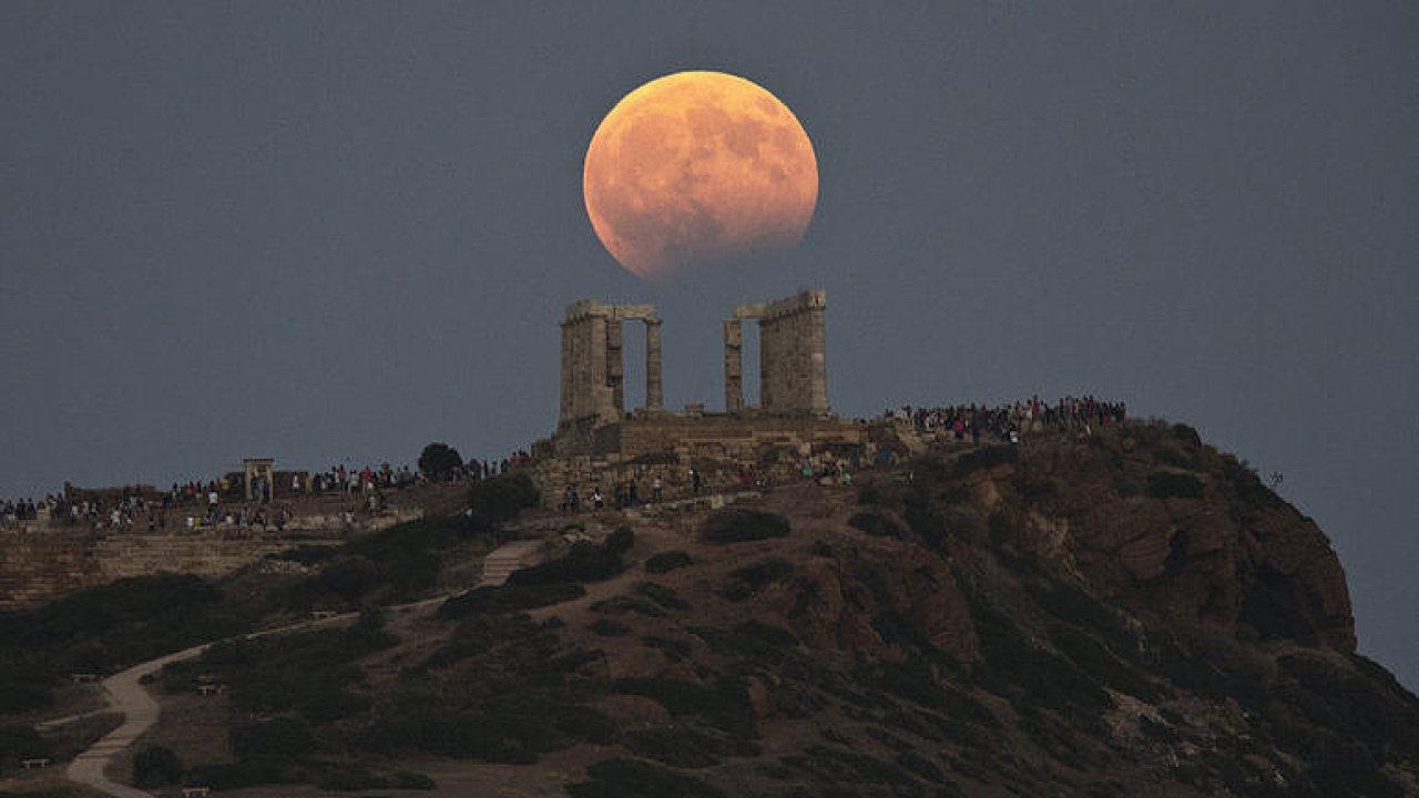 Takhle zatmění Měsíce viděli lidé v řeckých Aténách